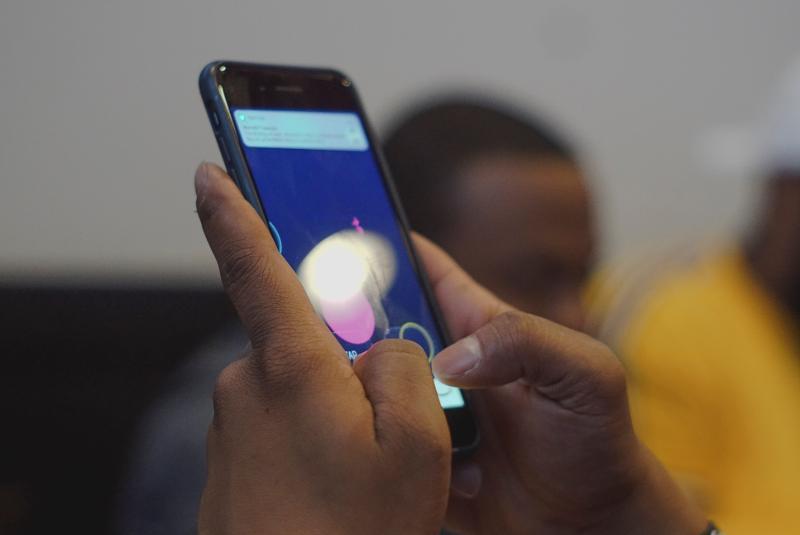 person_uses_smartphone-scopio